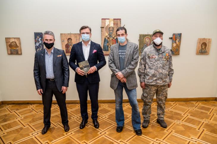 Напередодні Дня захисника України у МЗС відкрилася волонтерська виставка ікон на ящиках з-під набоїв